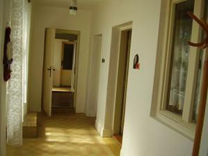 múr aj s oknom vpravo sa vybúra, čím sa vytvorí priestranná obývačka