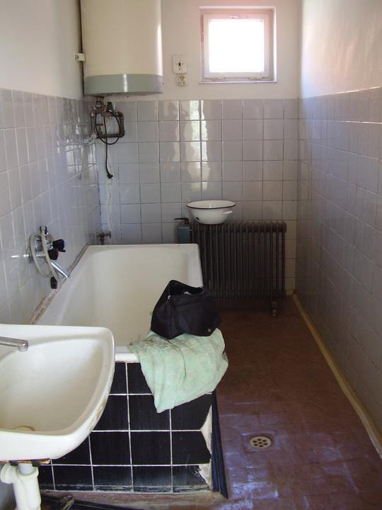 Tu bývame - kúpeľňa - radiátor s bojlerom pôjde preč, vzadu pod oknom bude sprchový kút po celej šírke. Vedľa neho wc - vaňa sa vyhodí, a dorobí sa menší múrik. 4x1,5m