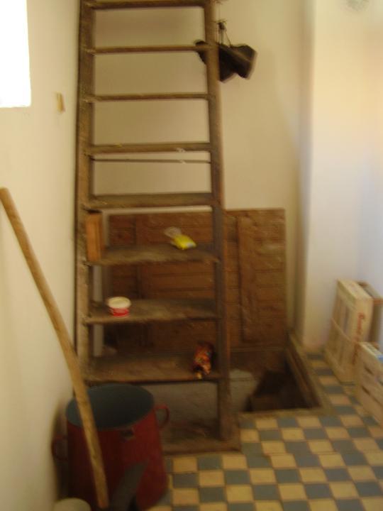 Tu bývame - vchod na povalu a do pivnice. Sem plánujeme dať bojler, keďže na druhej strane steny je kúpeľňa.