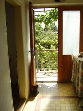 druhý vchod, vedúci do kuchyne vľavo