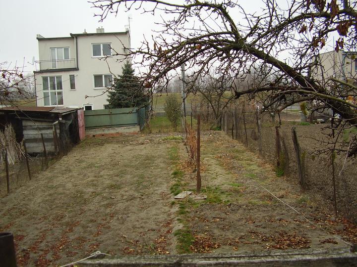 Tu bývame - zahrada - daco tam na jar vysadime, a ked na to nebudeme mat nervy, vyhra to travnik :)