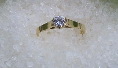 To je můj zásnubní prstýnek. Nechala jsem se zde inspirovat a nafotila jej.