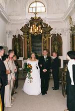 většina svatebčanů z kaple odešla a tak byl špalír jen symbolický