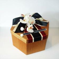 místo svatební knihy hostů.. Bude asi lepší zvolit krabičku na vzkazy od hostů :o)