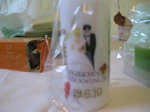 první svatební dar, svíčka s datem svatby a po stranách jsou naše jména