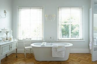 velikánská koupelna...