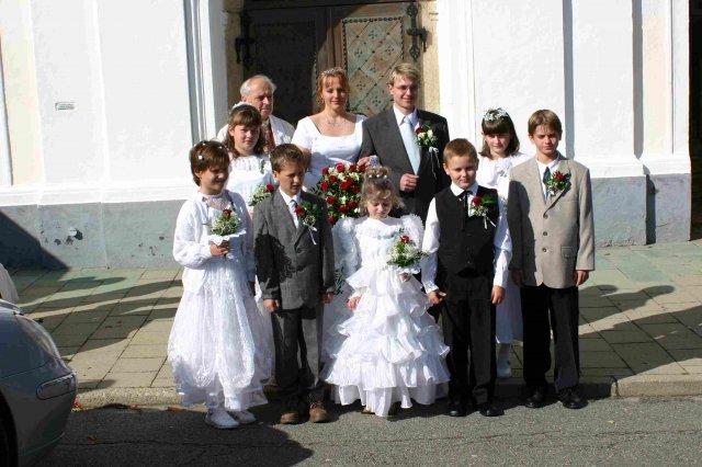 Novomanželé, pan farář, družba