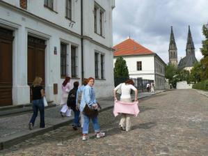 sebranka míří ke kostelu, jediná čelem je adasa :-)