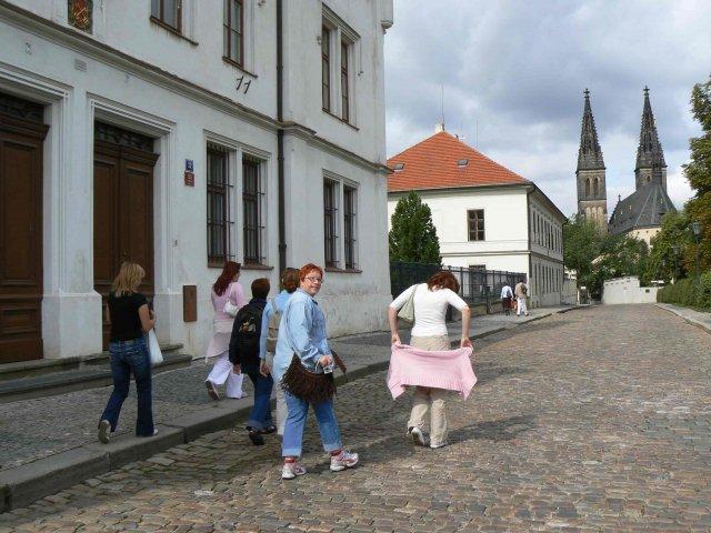 Sraz beremese 12. srpna 2006 - sebranka míří ke kostelu, jediná čelem je adasa :-)