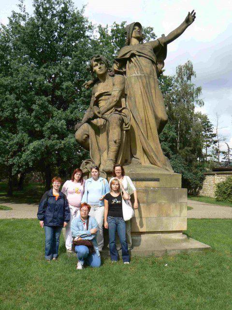 Sraz beremese 12. srpna 2006 - sebranka u sochy (kdo si pamatuje, co je to zač, ať mi pošle IP :-D)zirafka, ivet, adu, bustik, fialenka a v podřepu adasa. janka fotí :-)