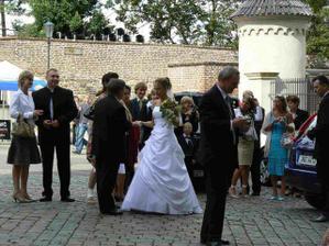 a takovouhle krásnou nevěstu jsme potkaly na Vyšehradě... Zavzdychaly jsme a zasněně sledovaly :-) Pokud se dotyčná pozná a nebude souhlasit se zveřejněním své fotky v tomto albu, ať mě kontaktuje do IP a hned to smažu!