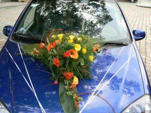 A takovou krásnou kytí měla nevěsta na svém autě