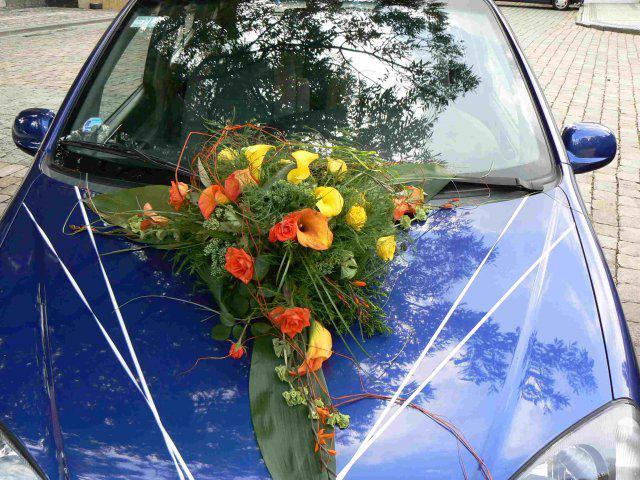 Sraz beremese 12. srpna 2006 - A takovou krásnou kytí měla nevěsta na svém autě