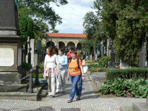 tady se procházíme po Slavíně a hledáme náhrobky slavných osobností