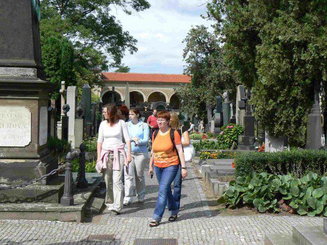 Sraz beremese 12. srpna 2006 - tady se procházíme po Slavíně a hledáme náhrobky slavných osobností