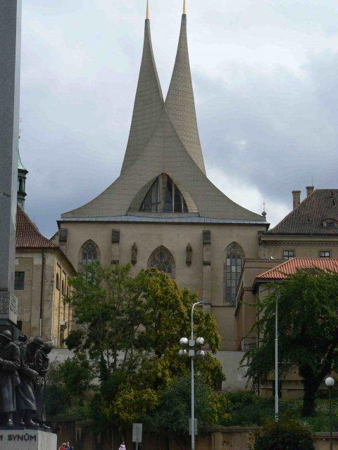 Sraz beremese 12. srpna 2006 - klášter Emauzy - zirafka nám objasnila i to, proč má takovou divnou střechu, jak říkám, výborný výklad