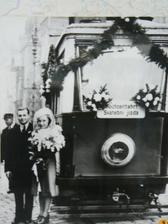 další příhodné foto svatby, tentokrát z tramvajového muzea
