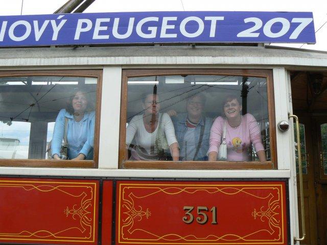 Sraz beremese 12. srpna 2006 - a tady už jsme připravené k vyjížďce krásnou historickou tramvají