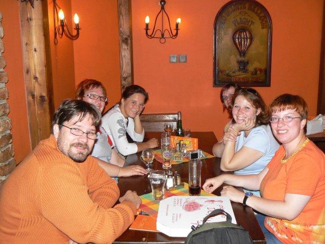 Sraz beremese 12. srpna 2006 - a tady už jsme v pizzerce a po jídle, jediný odvážlivec je Jára, manžel adu