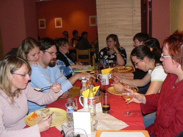 Sraz JTSP v Brně - a tady už jsme přesunutí na jídlo (ano, zase), měli jsme děsný hlad (kupodivu)Zleva: Domina, Adu, Jára, Majka07, Janičkabez, Žirafka, Lucinečka, Len, Adasa
