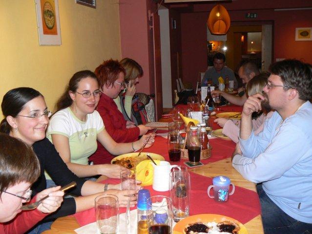 Sraz JTSP v Brně - A z druhé strany stolu: Lucinečka, Len, Adasa, Talls, manžel Monikab, Honza, domininy vlasy a Jára od Adu