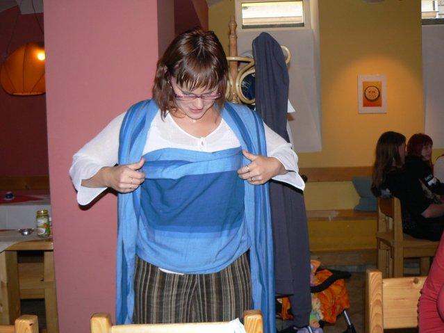 Sraz JTSP v Brně - Ivet předvání, jak se váže šátek, spíš než fotit, by to bylo lepší natočit, přesto se mi to nezdálo až tak složité ;-)