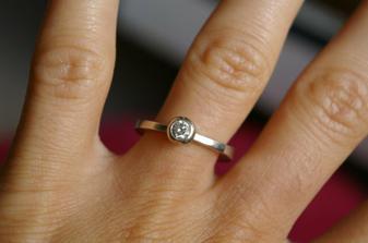 zásnubní :-) o ruku jsem byla požádána v září 06 v Prachovských skalách