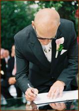 ženich ro měl jednodušší, podepisoval se jen jednou a postaru :-)
