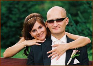 můj manžel vypadá trochu jako mafián, ale není :-) to jenom že si normální brýle před svatbou rozsedl, tak musel mít tyhle zabarvovací...