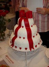 krásný dortík, stačil by i bez te mašle