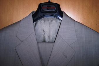 detail na oblek