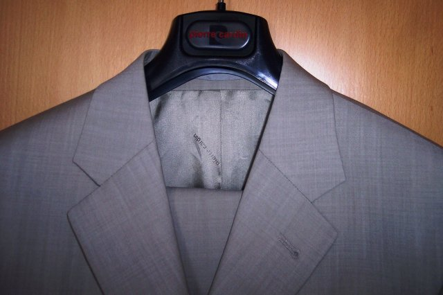 "Deň ""D"" 25.08.2007 - detail na oblek"