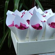 budou kornoutky,ale plátky růží budou bílé