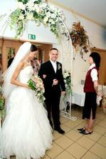 """... a kvetinovú """"bránu"""" nad vchodom..."""