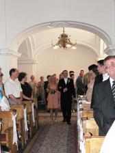 ...ženích s družičkou išli do kostola ako prví...