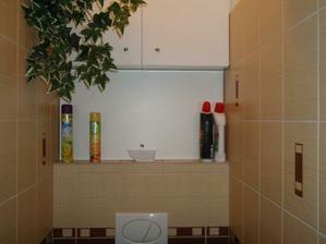 skrinka nad WC je velmi využitá