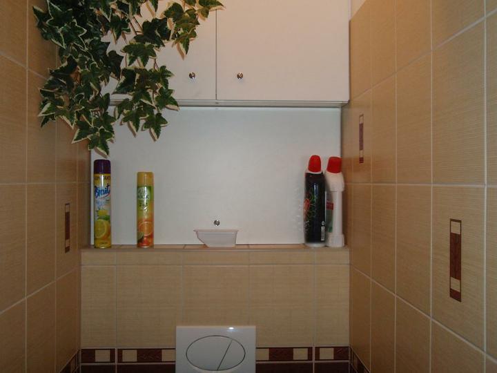 Chodba,kupelna - skrinka nad WC je velmi využitá