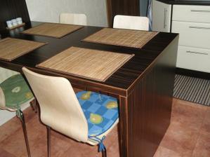 stôl je makassar..