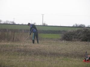 První naše pracování - posekat bodláky a vše co tam za desítky let vyrostlo - březen 09
