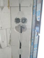 Pan elektrikář se trochu seknul - výšku 110 mám v pase... no musel holt předělávat