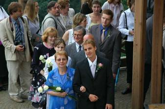 ženich s maminkou přicházejí