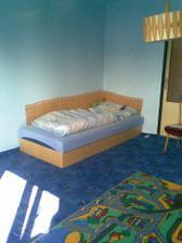 U Jiříka v pokoji je zatím jen postel a koberece, musíme mu přestěhovat celý pokoj ze starého domku.