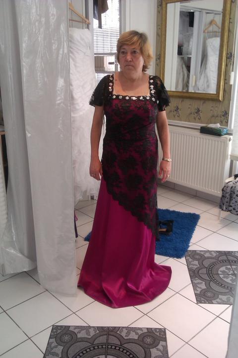 Šaty - Moja mamina a jej šaty, treba ich skrátit a samozrejme účes a nafarbiť ale obe sme spokojné