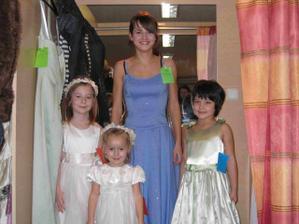 zkouška šatů pro malé druži:-))
