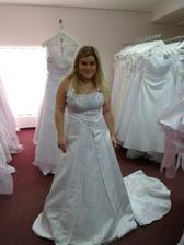 první zkoušené šaty,aby mi paní ukázala možnosti vlečky, ramínek atd...musely se zvěčnit ;-)