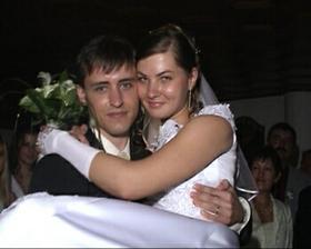 Tradicne nesenie k svadobnemu stolu