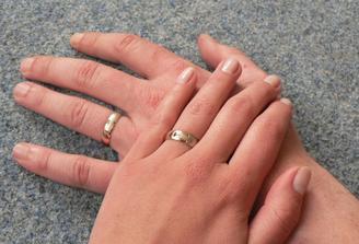 uvnitř rytina se jmény a datem svatby
