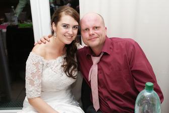 môj bratranec ktorého som nevidela 6 rokov nebol na svadbe mojej sestri ani brata a keď som mu volala že sa idem vydavať tak mi povedal že si nenechá újsť svadbu najmladšej sesterničky :) neskutočne ma to dojalo...