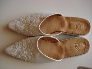 mé botičky,musím mít nízké,jelikož jsme se ženichem stejně vysocí !!!