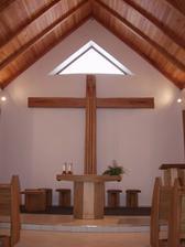 interiér kaple ...kámen a dřevo :)